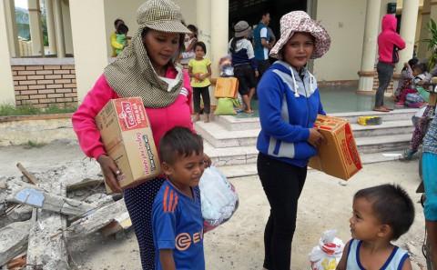 Phát Quà Cho Bà Con Dân Tộc Nghèo Ê-Đê Tại Xã Ninh Tây - Ninh Hòa - Khánh Hòa Tháng 08/2016